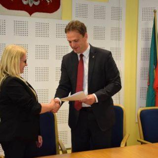 Prezydent Łukasz Kurzyna wręcza umowę na dotację