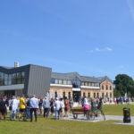 Tłum gości przed budynkiem Starej Łaźni 17 lipca 2020 r.