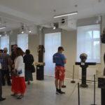 Goście zwiedzają wystawę rzeźb i instalacji artystów związanych z Suwalszczyzną i pograniczem polsko-litewskim