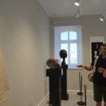 Goście zwiedzają wystawę rzeźby w Starej Łaźni