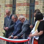 Senator RP Marek Komorowski, Prezydent Suwałk Czesław Renkiewicz i inni przecinają wstęgę na otwarciu Starej Łaźni