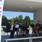 Suwalska Orkiestra Kameralna gra pod budynkiem Starej Łaźni 17 lipca 2020 r.